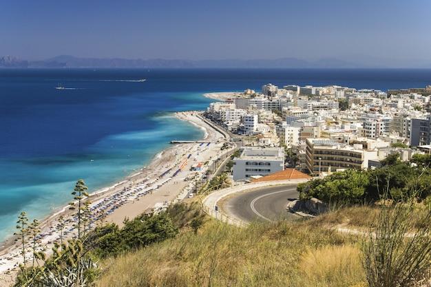 Luchtfoto van stadsgebouwen in de buurt van zee