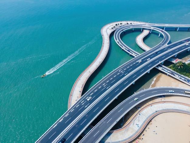 Luchtfoto van stedelijke wegviaducten en kustlijnen