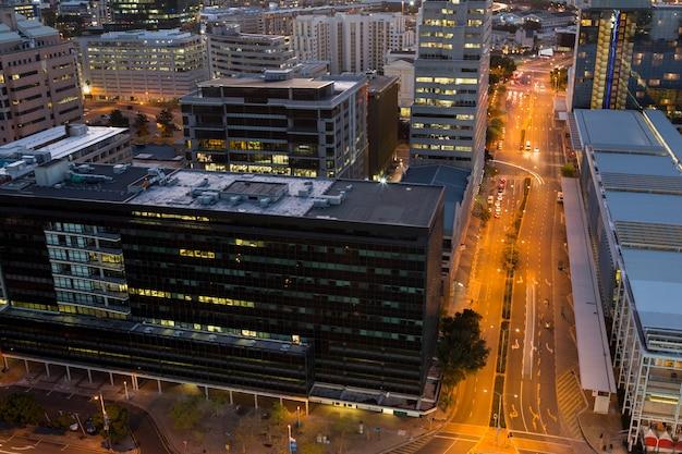 Luchtfoto van straten en kantoorgebouw in de zakenwijk