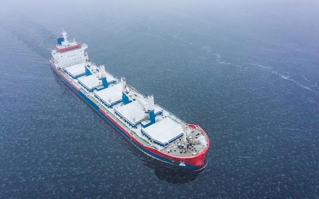 Luchtfoto van stukgoederenschip in de zee in de winter Premium Foto