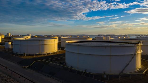 Luchtfoto van tankterminal met veel olie-opslagtank en petrochemische opslagtank bij zonsondergang, industriële tankopslag luchtfoto.