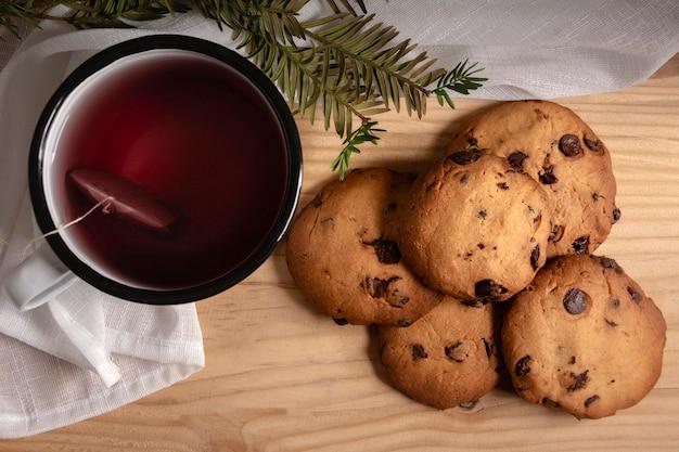 Luchtfoto van thee met koekjes
