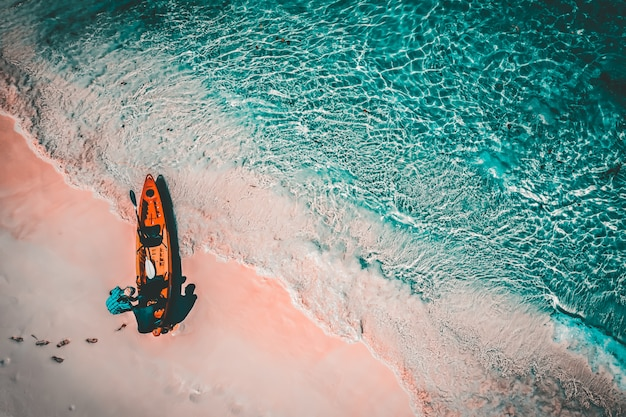 Luchtfoto van toeristen paddle kajak in boulder island of nga khin nyo gyee island, myanmar