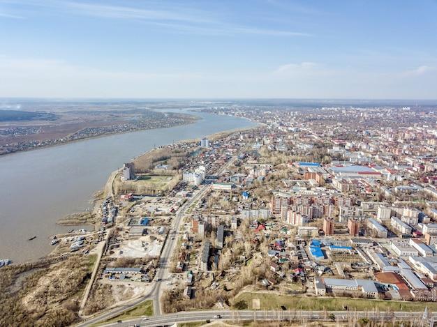 Luchtfoto van tom rivier, vroege lente in siberië, tomsk, rusland.
