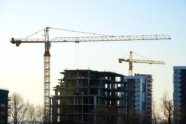Luchtfoto van torenkranen en hoge woonflatgebouwen in aanbouw. vastgoed ontwikkeling.