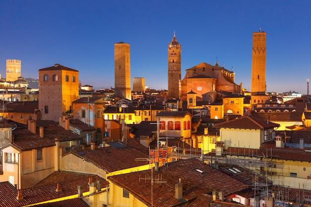 Luchtfoto van torens en daken in bologna, italië