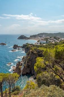 Luchtfoto van tossa de mar in de zomer, girona aan de costa brava van catalonië in de middellandse zee