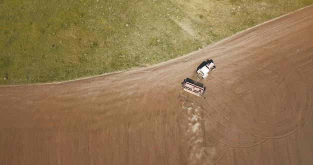 Luchtfoto van tractor ploegende velden