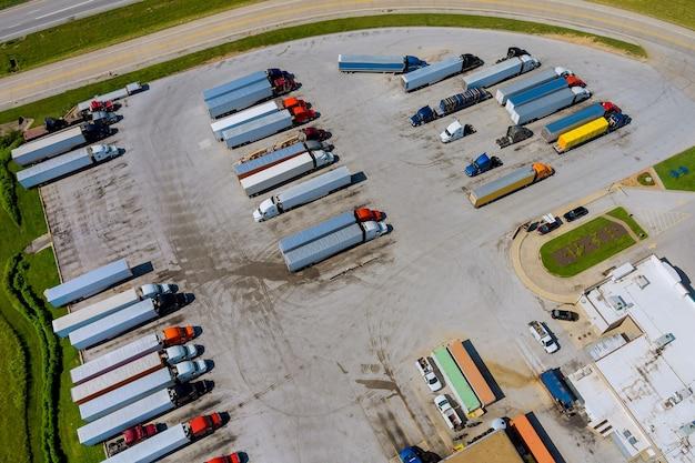 Luchtfoto van transportstation met vrachtwagenstopplaats in de buurt van interstate highway op parking vrachtvervoer...