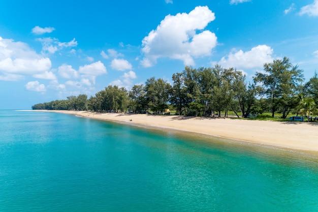 Luchtfoto van tropische zee mooi strand en heldere blauwe hemel witte wolken in de zomer.