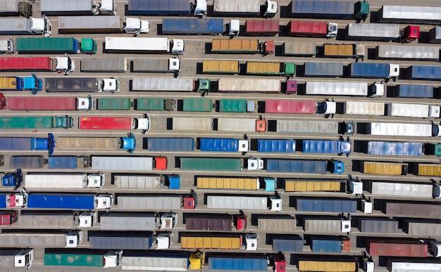 Luchtfoto van veel vrachtwagens