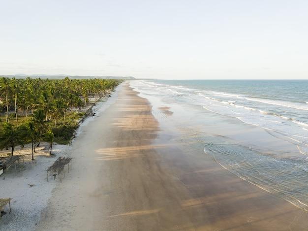Luchtfoto van verlaten tropisch strand in ilheus bahia brazilië.