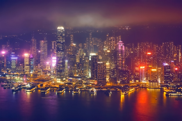 Luchtfoto van verlichte hong kong skyline. hong kong, china
