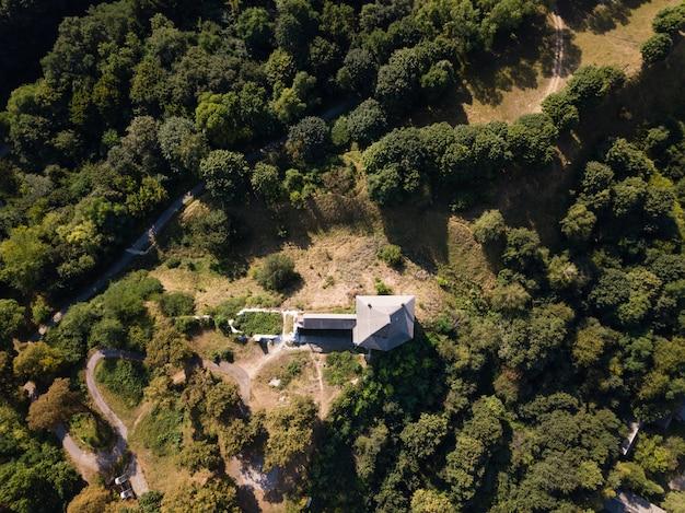 Luchtfoto van verwoeste middeleeuwse halych castle