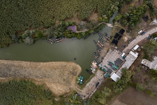 Luchtfoto van vissers pier dok met veel vissersboten geparkeerd in een haven. vogelperspectief van bovenaf van kleine vissershaven.
