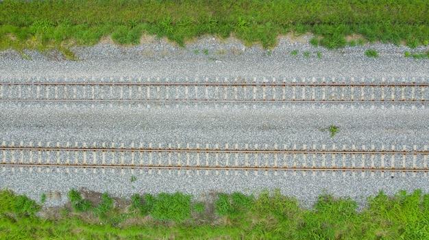 Luchtfoto van vliegende drone van spoorrails