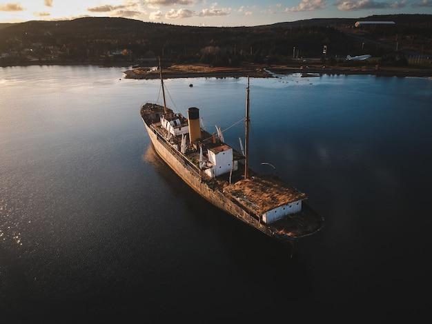 Luchtfoto van vrachtschip op water