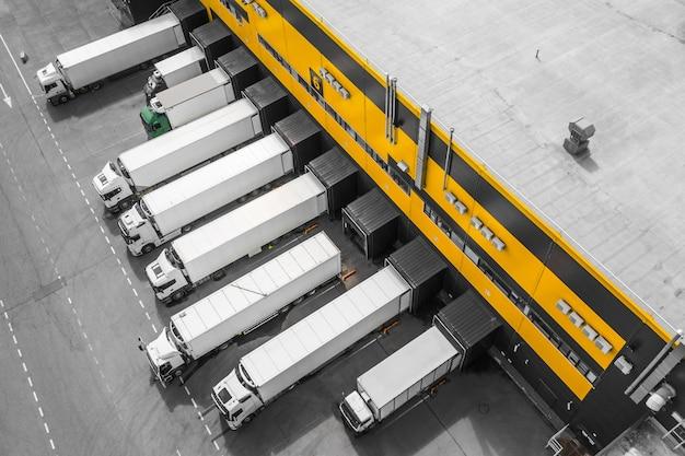 Luchtfoto van vrachtwagens die worden geladen in het distributiecentrum