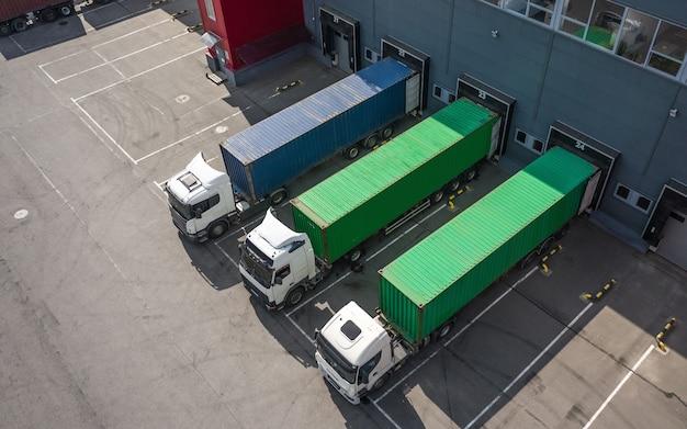 Luchtfoto van vrachtwagens die worden geladen in het logistiek centrum