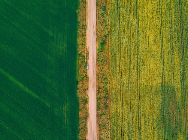 Luchtfoto van weg en tarwe met verkrachtingsveld