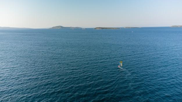 Luchtfoto van windsurfen, extreme sporten. watersport. atleet in competitie. zeegezicht met atleet. hoge kwaliteit foto