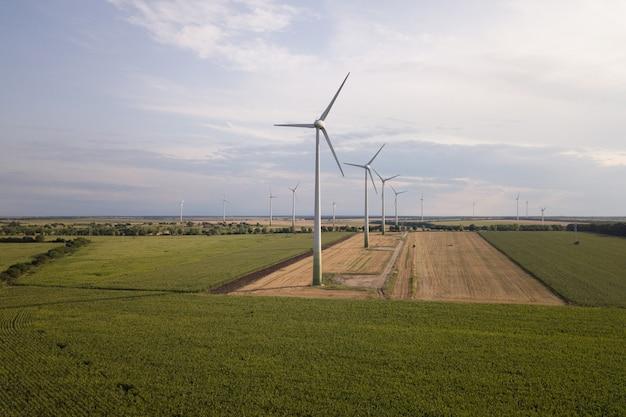 Luchtfoto van windturbogeneratoren in veld produceren van schone ecologische elektriciteit.