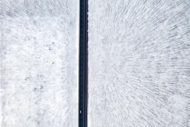 Luchtfoto van winter forest en de weg. winterlandschap
