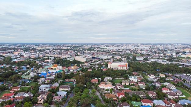 Luchtfoto van woonwijk in de stad bangkok, thailand