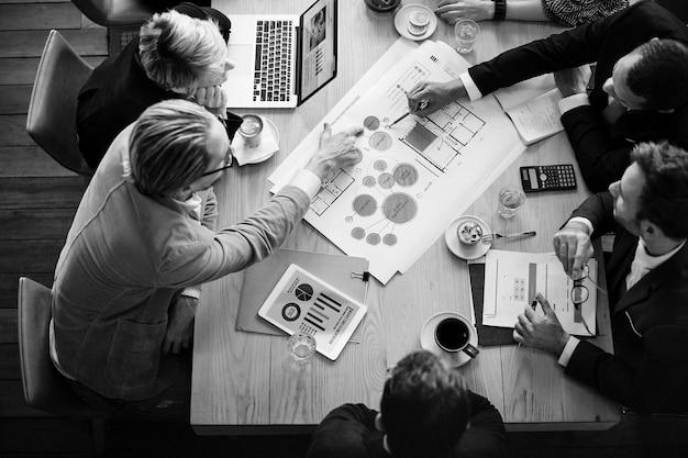 Luchtfoto van zakenmensen die samen brainstormen