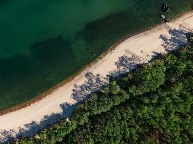 Luchtfoto van zandstrand, zee en bos aan de oostzee op koerse spit