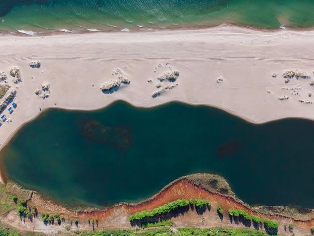 Luchtfoto van zandstrand, zee en meer aan de oostzee in yantarny, regio kaliningrad, rusland