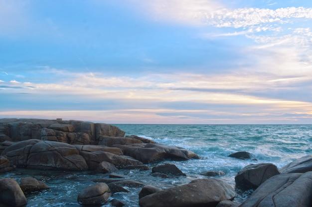 Luchtfoto van zee golven en fantastische rotsachtige kust