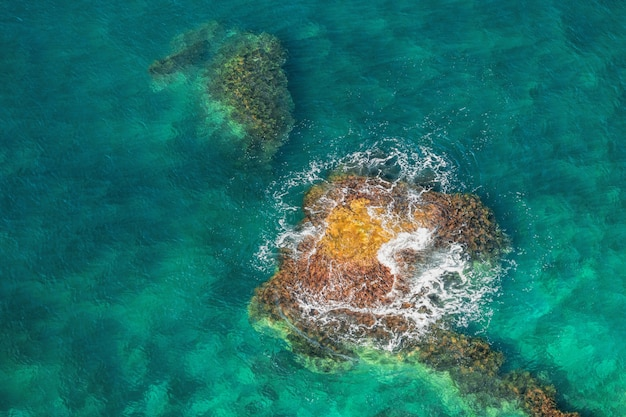 Luchtfoto van zee golven en rotsachtige kust