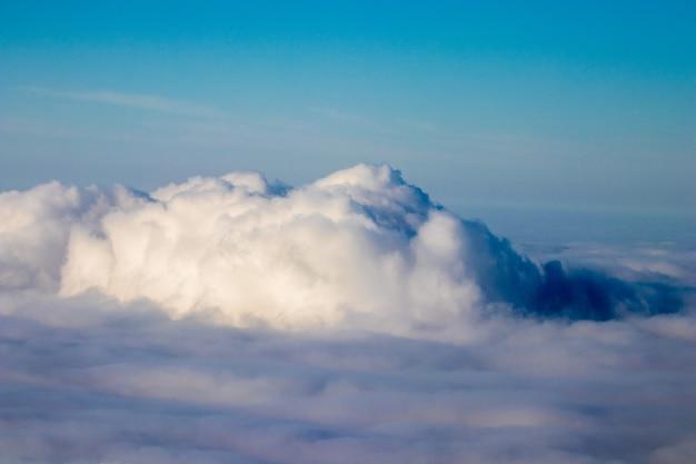 Luchtfoto van zee van wolken