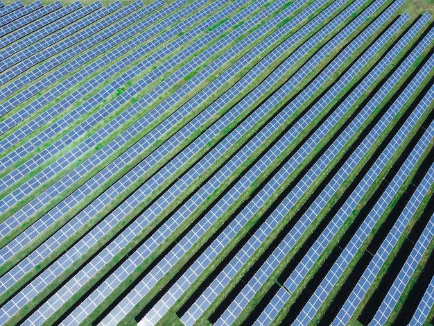 Luchtfoto van zonne-energiecentrale. thema hernieuwbare energie. zonnepanelen van bovenaf. het concept van ecologische hernieuwbare energie.
