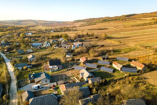 Luchtfoto van zonne-foto voltaic panelen in groene landelijke omgeving
