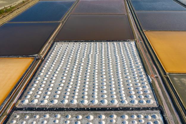 Luchtfoto van zout in zout boerderij klaar voor oogst, thailand