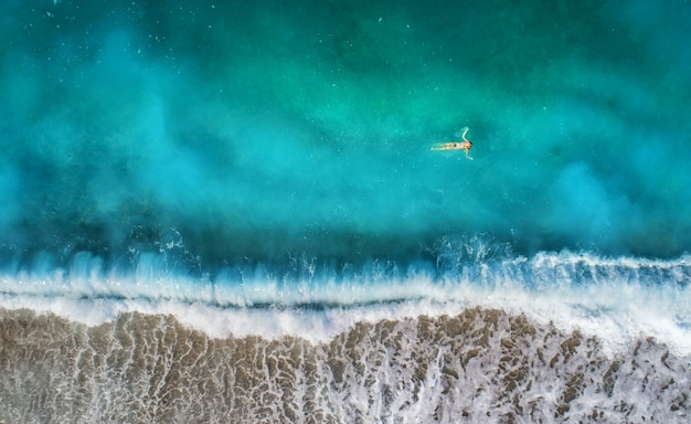 Luchtfoto van zwemmen vrouw in de middellandse zee