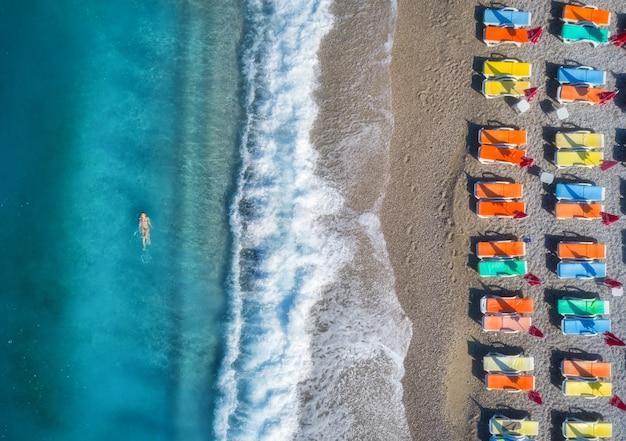 Luchtfoto van zwemmen vrouw in de zee