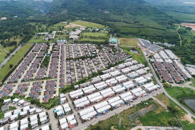 Luchtfoto vanaf drone bovenaanzicht van het dorp in het zomerseizoen en daken van de huizen vogelvlucht van wegen.