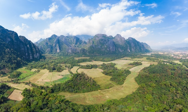 Luchtfoto: vang vieng backpacker reisbestemming in laos, azië