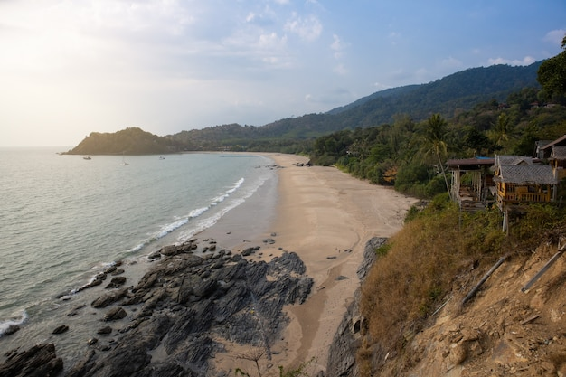 Luchtfoto vanuit gezichtspunt. zee en strand met blauwe hemelachtergrond op een rustige dag.