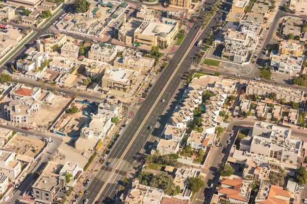 Luchtfoto vanuit helikopter van de skyline van dubai, verenigde arabische emiraten