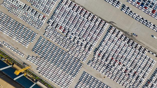 Luchtfoto veel voertuigen op parkeerplaats voor nieuwe auto voor export, handel en logistiek