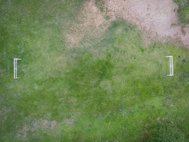 Luchtfoto veld natuur groene voetbalveld achtergrond, bovenaanzicht voetbalveld van bovenaf op het platteland, bird eye view futsal veld met doel