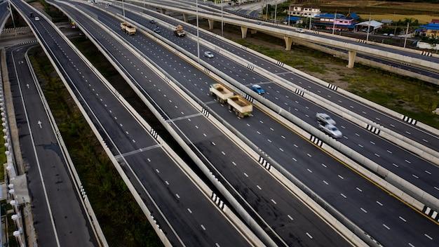 Luchtfoto verkeer auto vervoer snelweg snelweg en ringweg bij avond