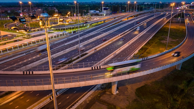 Luchtfoto verkeer auto vervoer snelweg snelweg en ringweg bij schemering
