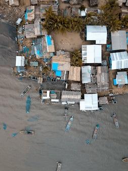 Luchtfoto verticale schot van gebouwen in de buurt van de zee met boten