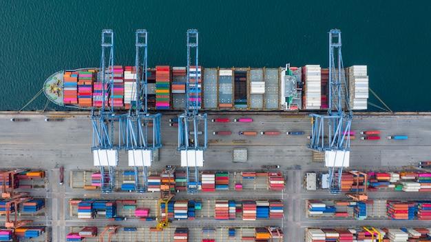 Luchtfoto vrachtschip terminal, lossen kraan van vrachtschip terminal, luchtfoto industriële haven met containers en containerschip.