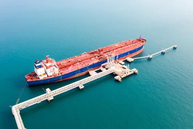 Luchtfoto vrachtschip van zakelijke logistieke zeevracht, ruwe olietanker lpg ngv op industrieterrein thailand / groep olietanker schip naar haven van singapore - import export
